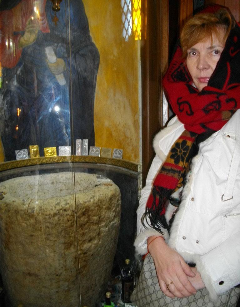 Аня возле сакрального для христиан каменного сосуда