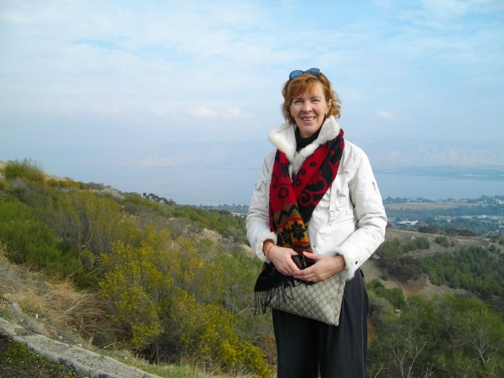 Аня стоит на уровне моря, за ее спиной на двести метров ниже - Галилейское море (озеро Кинерет)