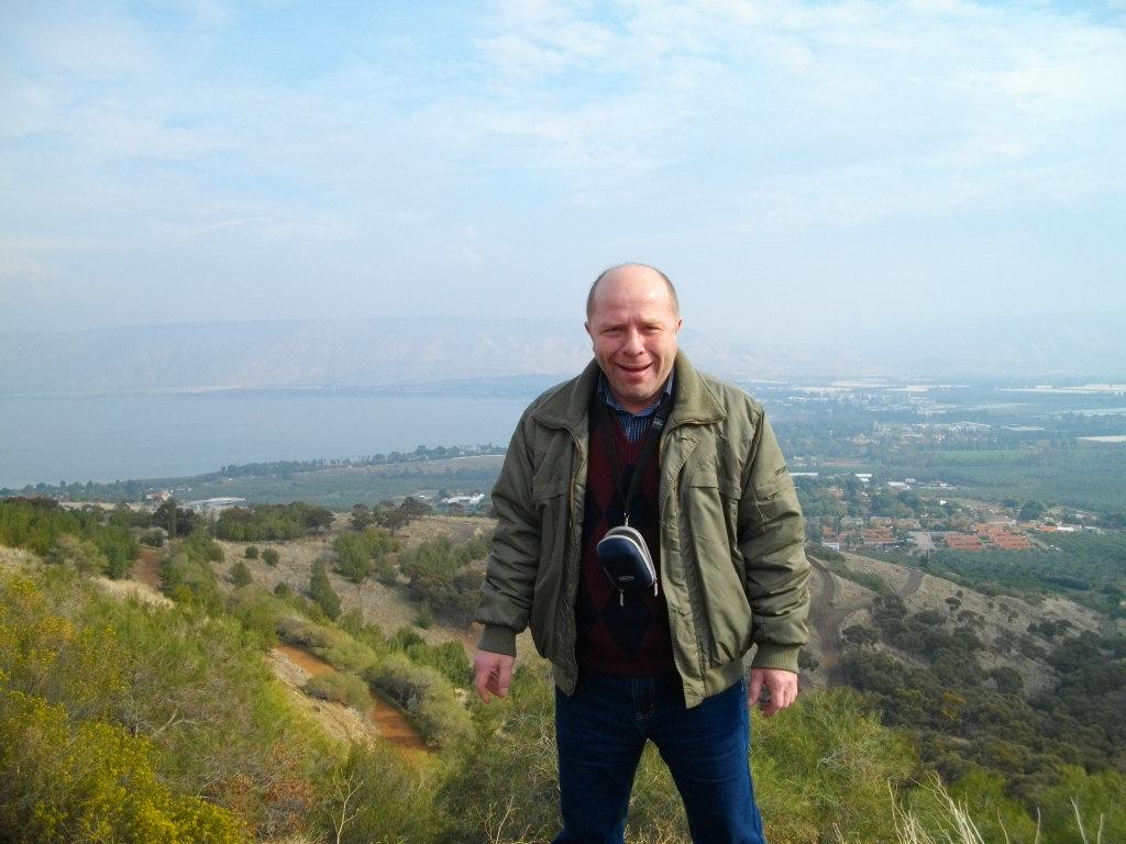 Я стою на уровне моря, за моей спиной на двести метров ниже - Галилейское море (озеро Кинерет)