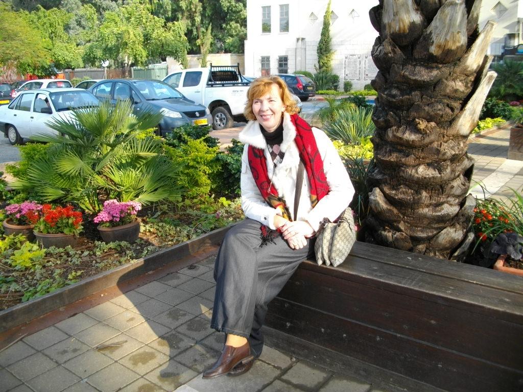 Аня возле пальмы на берегу реки Иордан