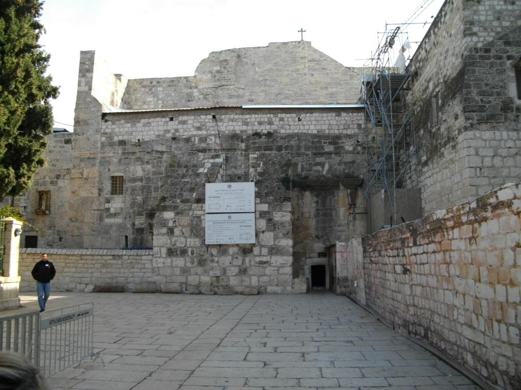 Вход в Базилику Рождества Христова в Вифлееме