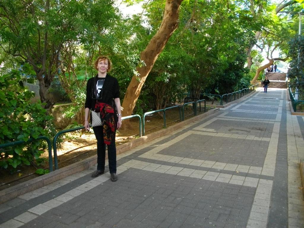 Аня во дворе Бат-Яма