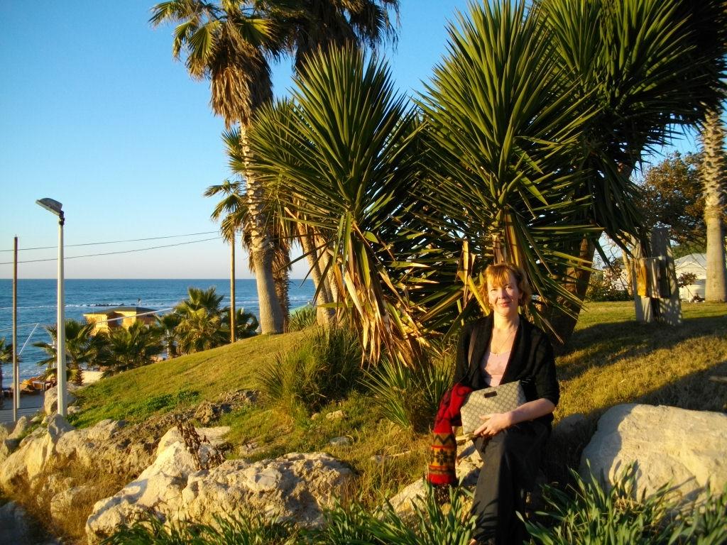 Аня на берегу Средиземного моря в Бат-Яме