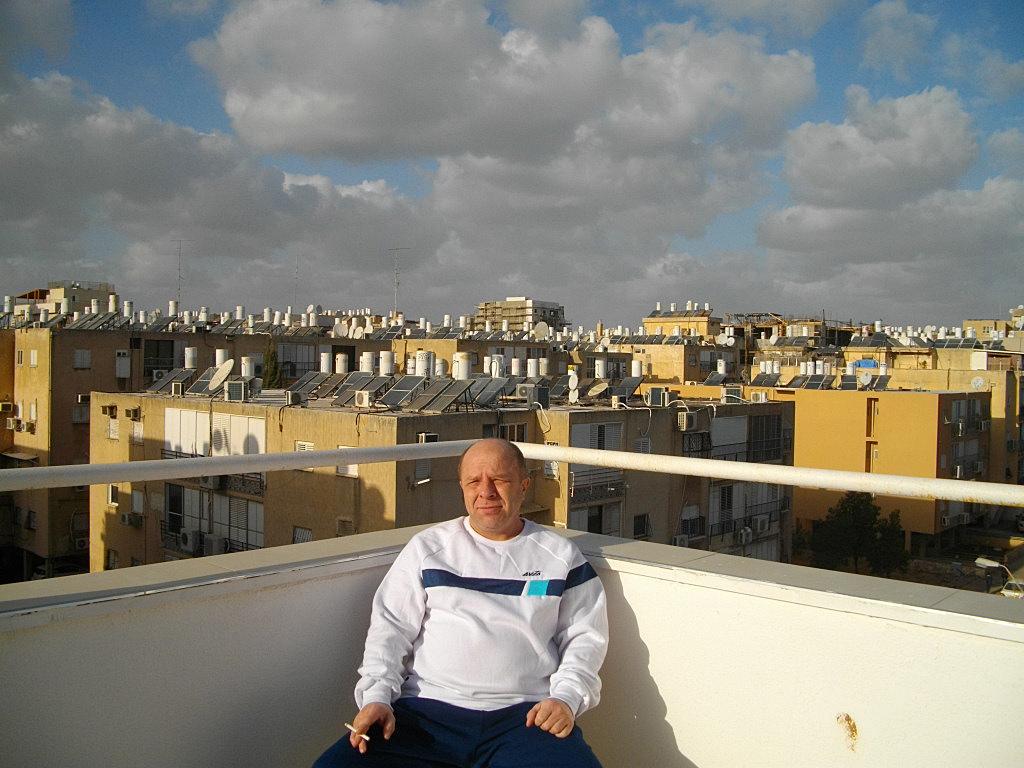 Я курю на крыше дома в Бат-Яме