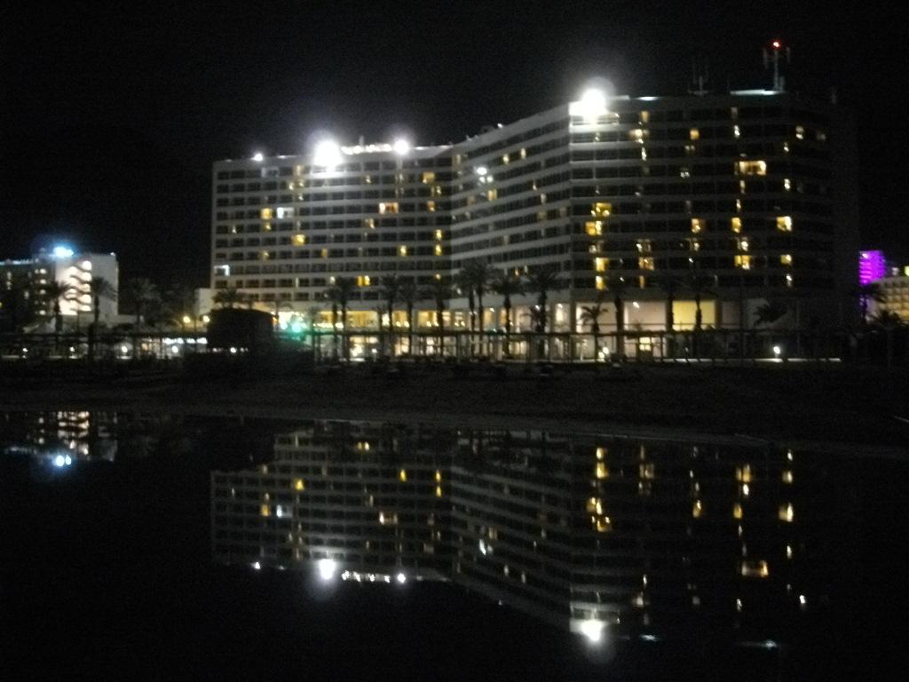 Ночное фото нашего отеля на Мертвом море