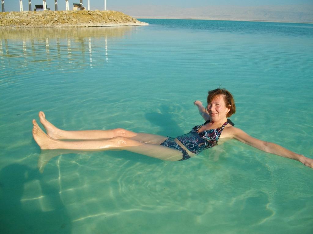 Аня плавает в Мертвом море