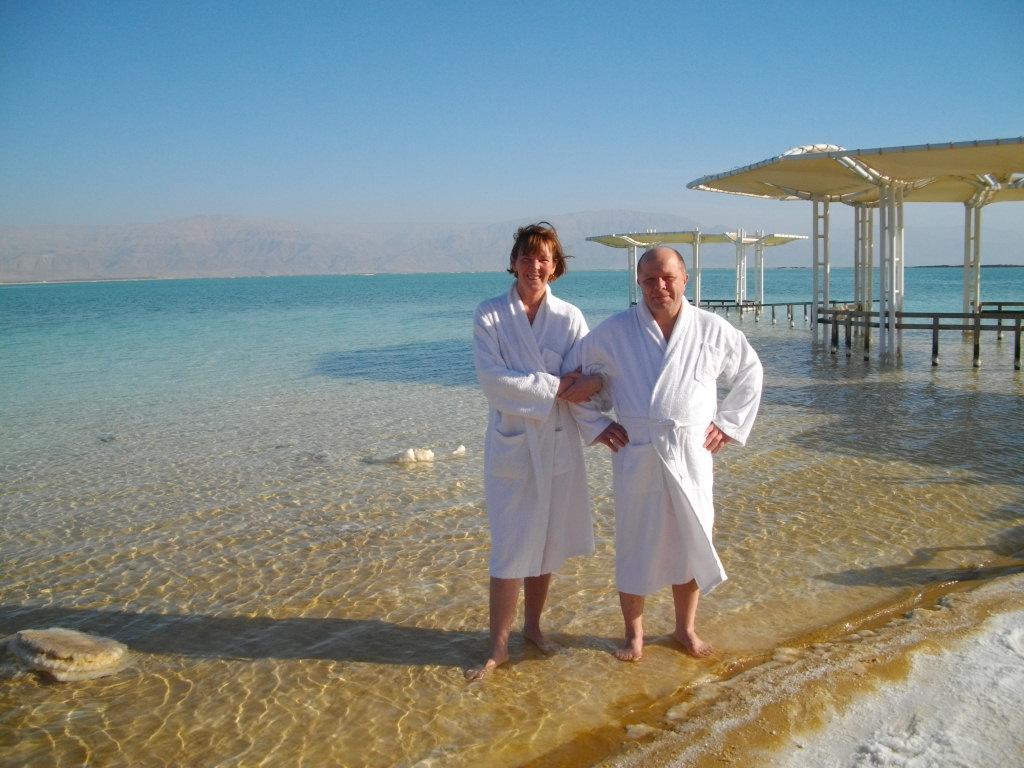 Мы с Аней в халатах на берегу Мертвого моря