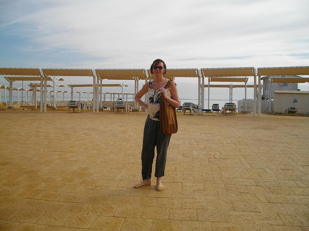Аня во дворе нашего отеля на Мертвом море