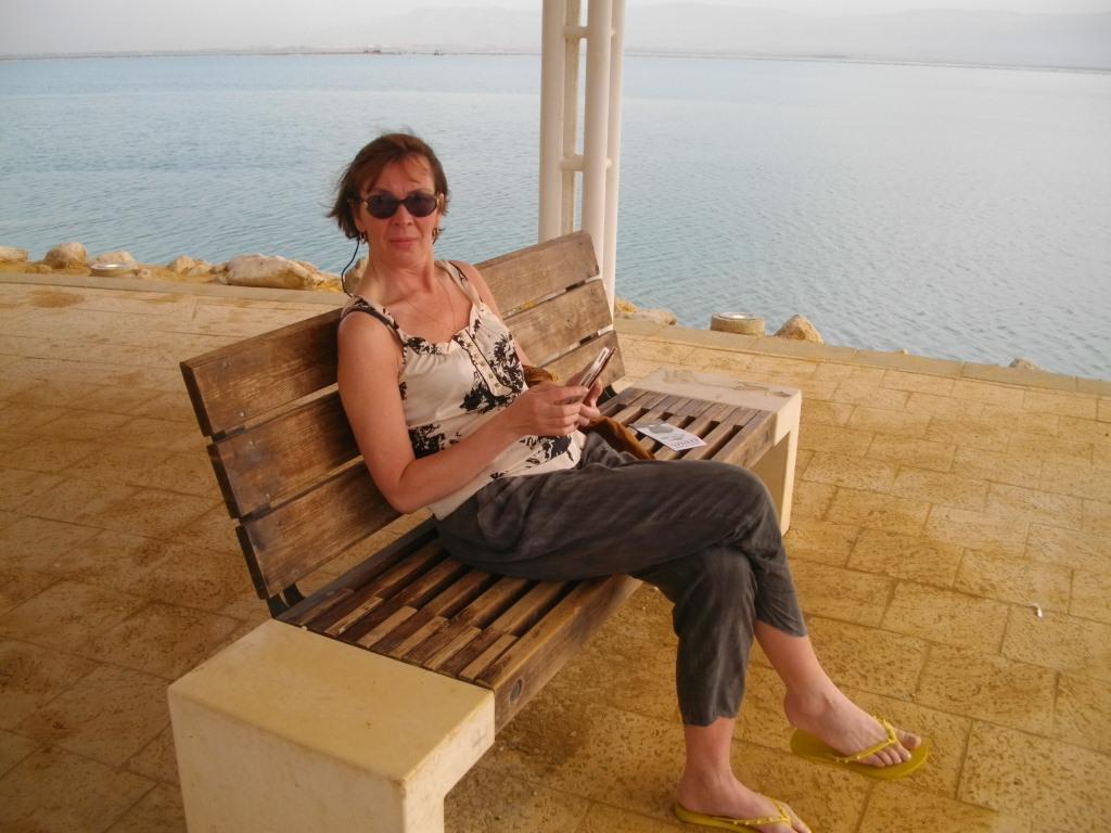 Аня сидит на берегу Мертвого моря