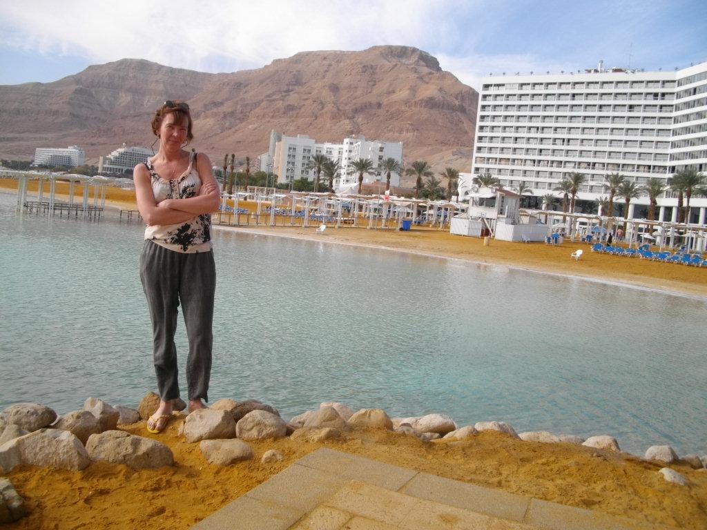 Аня стоит на берегу Мертвого моря
