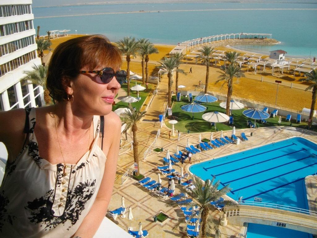 Аня смотрит на Мертвое море с балкона нашего номера