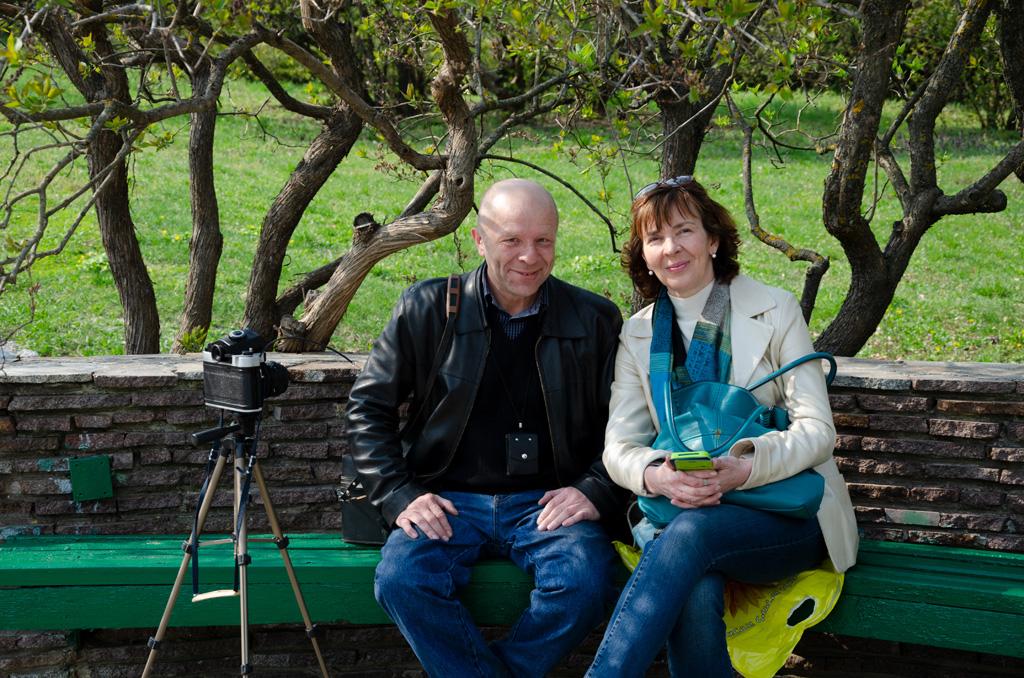 Юрий Павленко и Анна Носова в ботаническом саду в Киеве с фотоаппаратом Киев-60