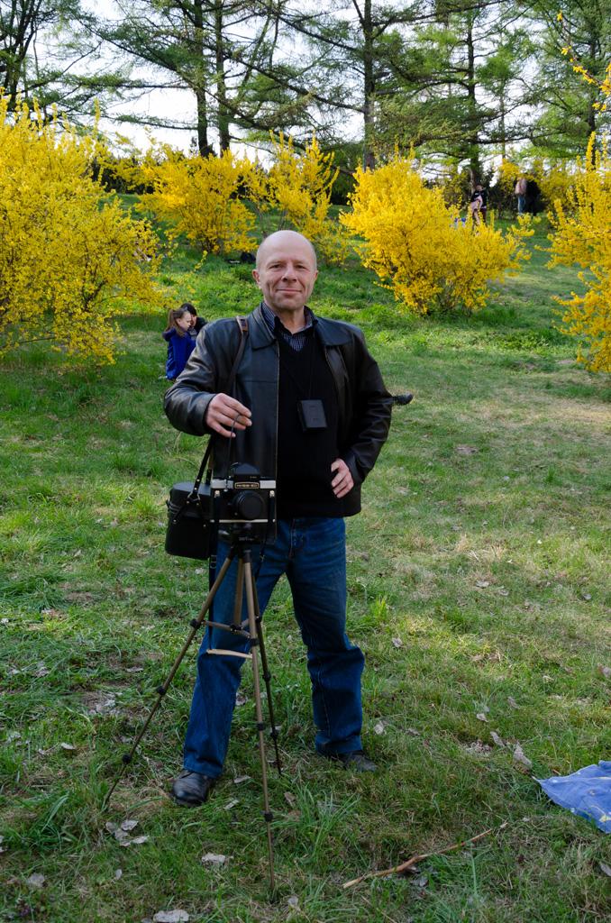 Юрий Павленко в ботаническом саду в Киеве с фотоаппаратом Киев-60
