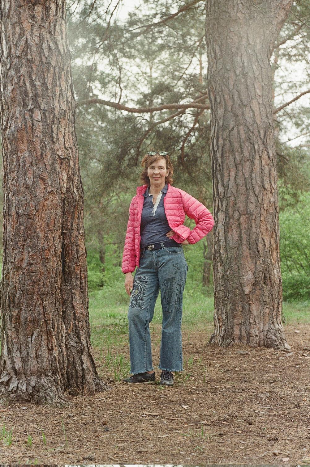 Анна Носова в сосновом лесу