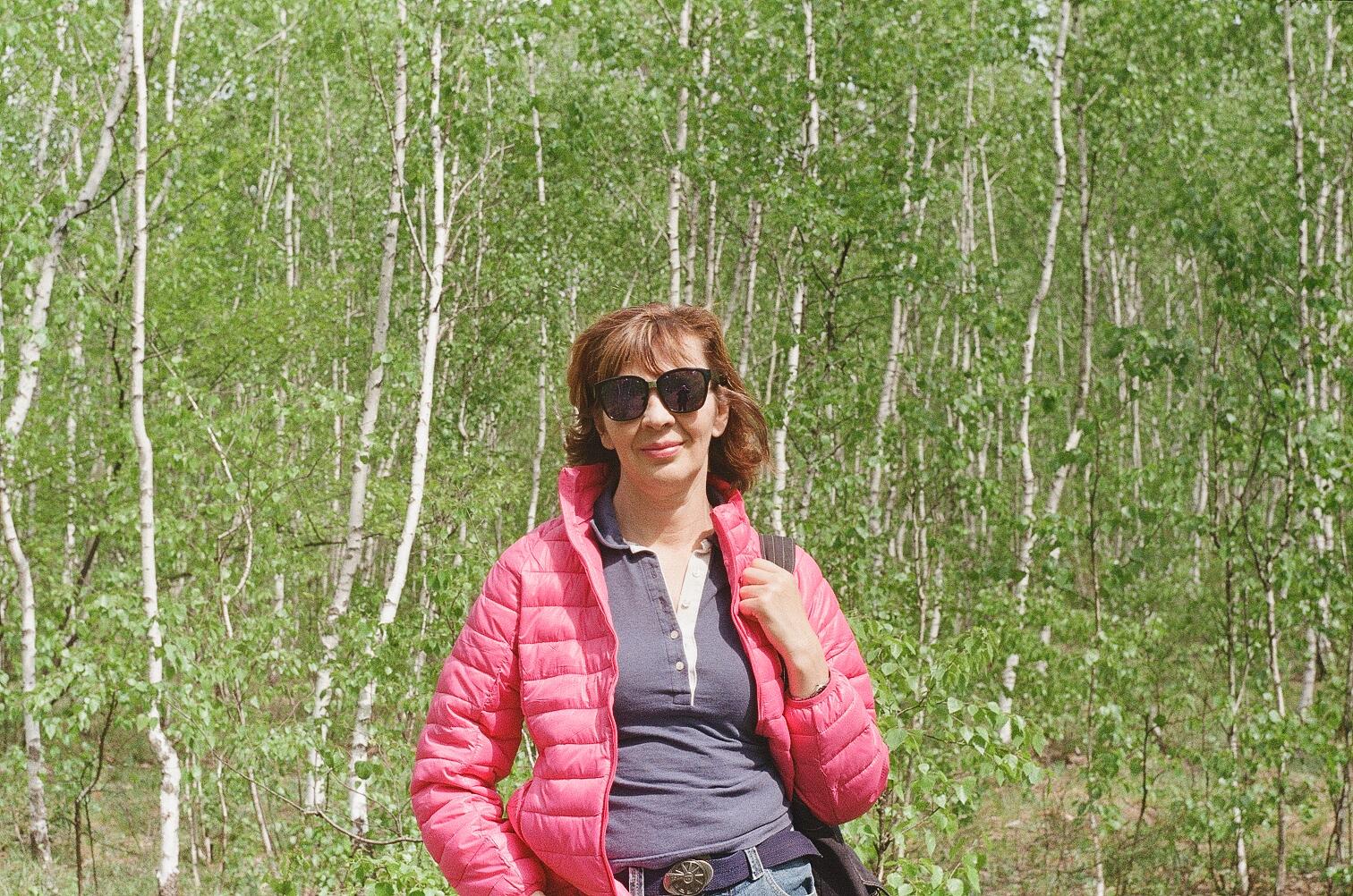 Анна Носова на прогулке в лесу