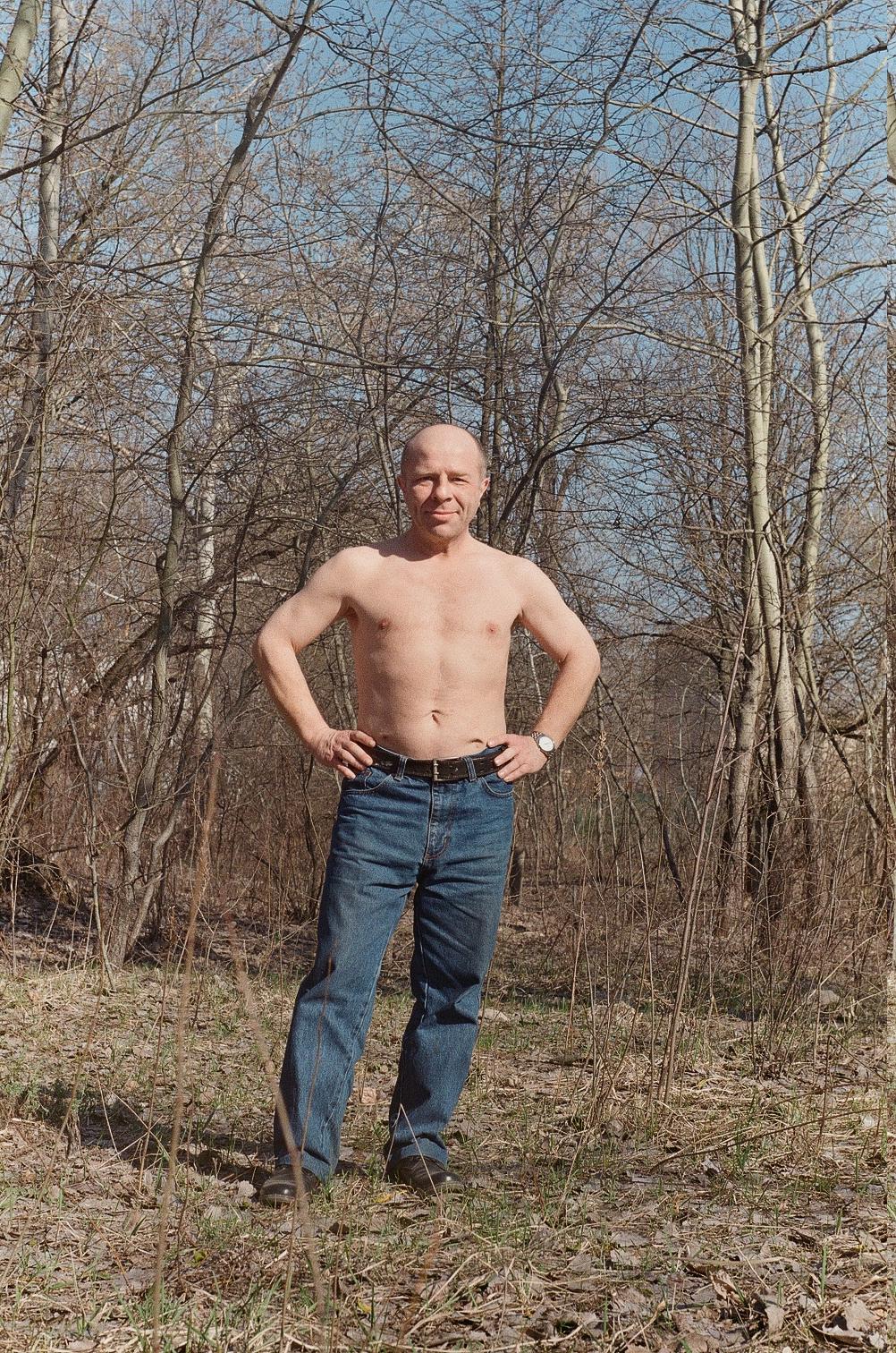 Юрий Павленко загорает ранней весной на Трухановом острове