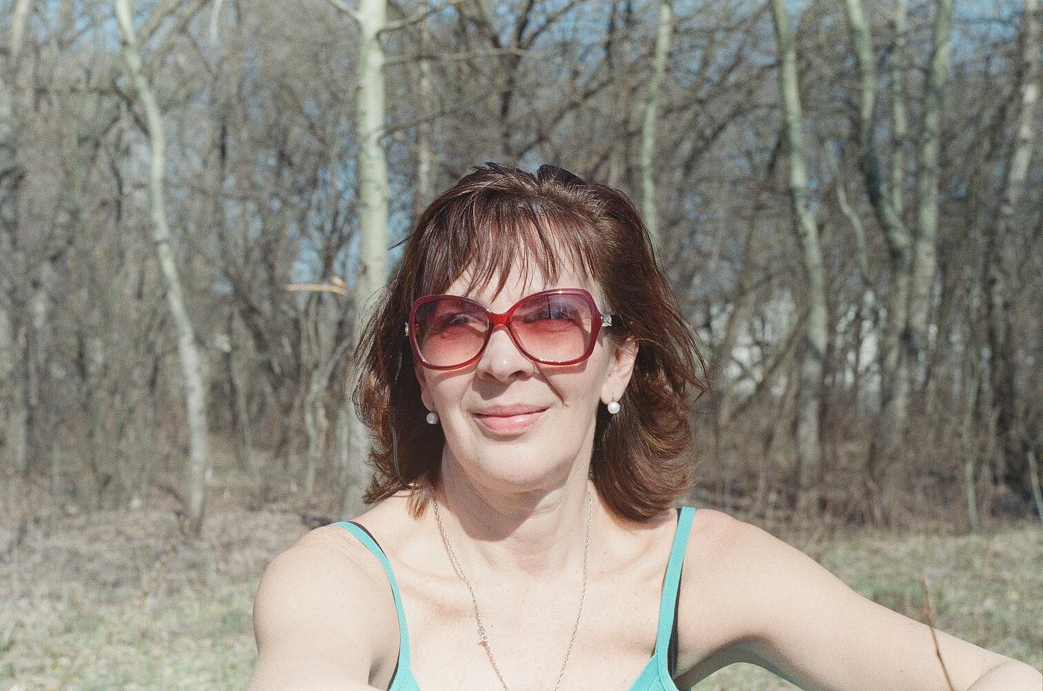 Анна Носова принимает солнечные ванны ранней весной на Трухановом острове