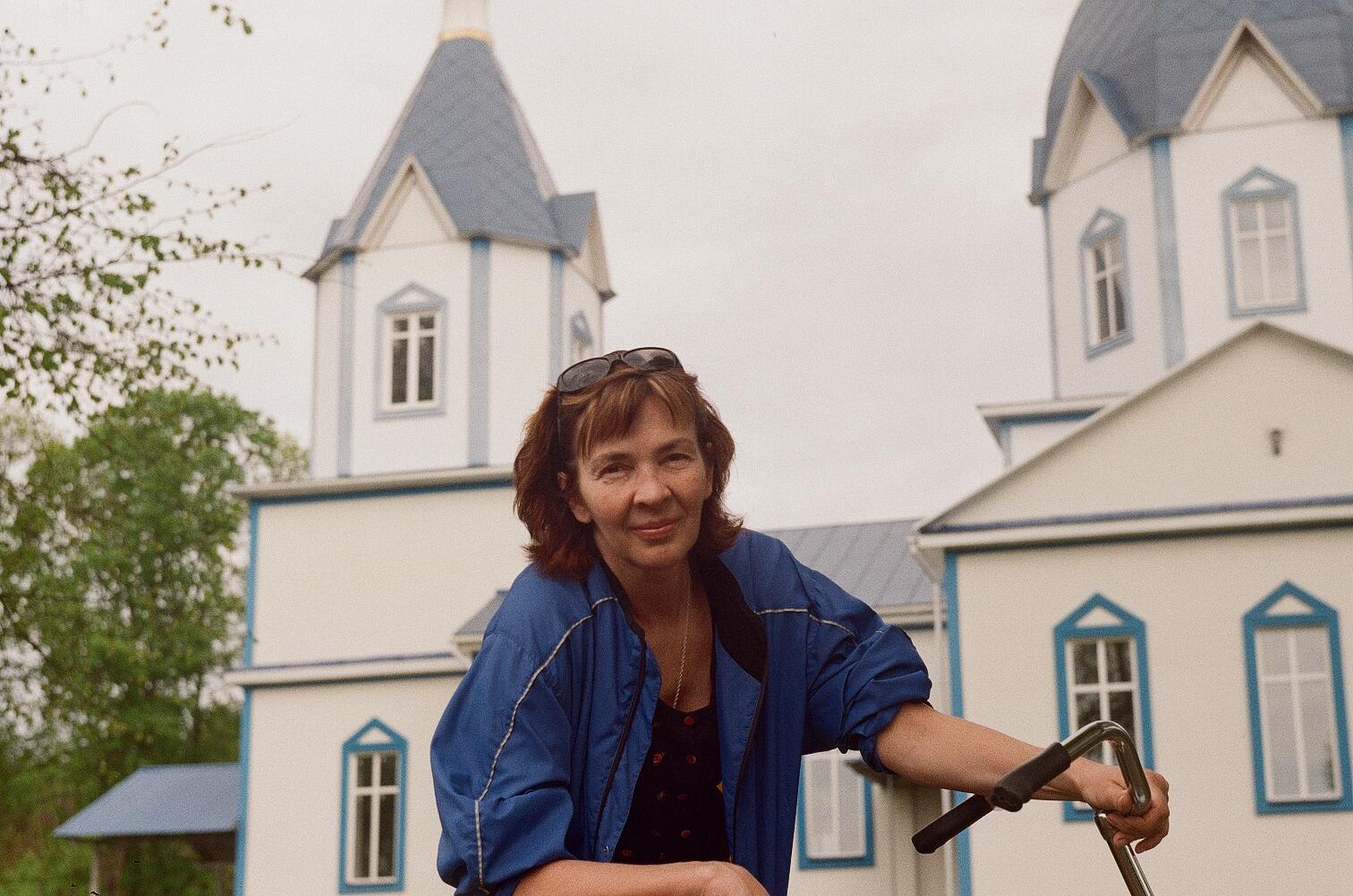 Анна Носова на фоне деревенской церкви