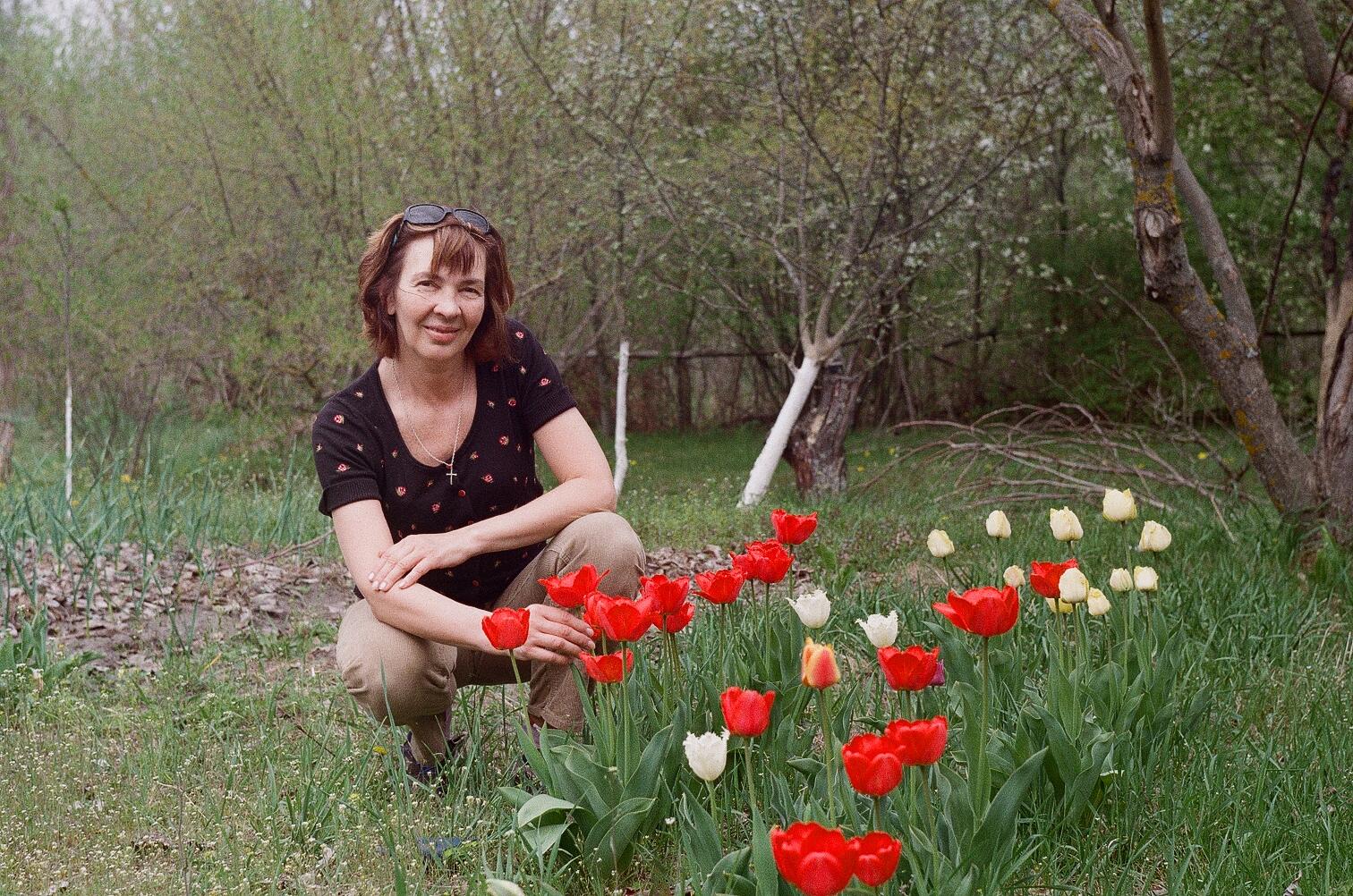 Анна Носова на даче с цветами