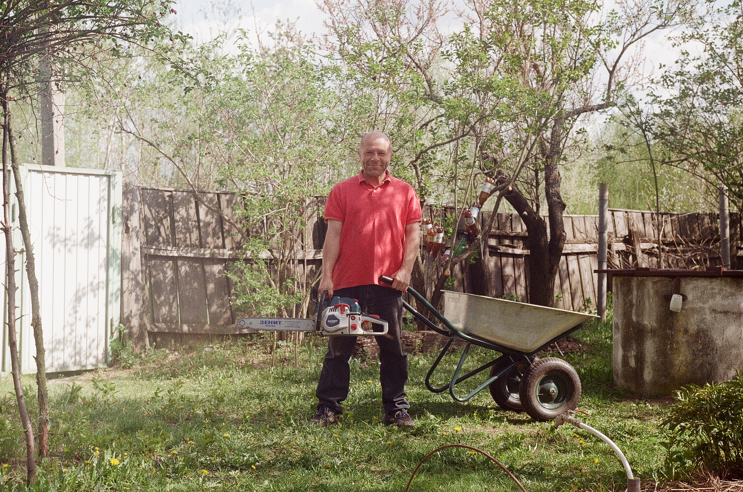 Юрий Павленко на даче с бензопилой