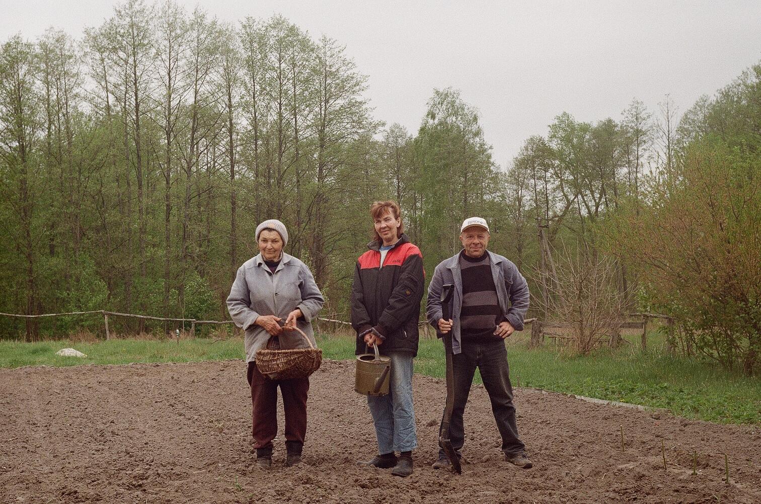 Юрий Павленко, Анна Носова и Инна Жмур сажают на даче картофель